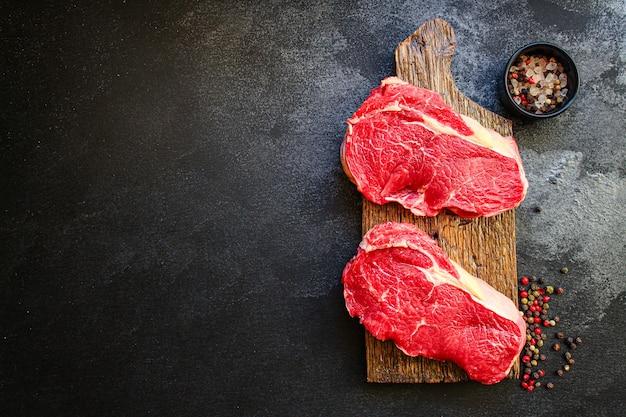 생 스테이크 고기 쇠고기 또는 송아지 고기 요리