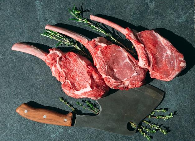고기 칼로 생 스테이크