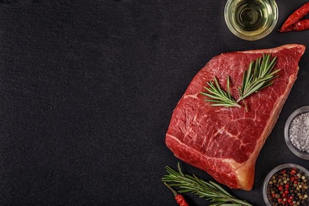 Сырой стейк со специями и розмарином