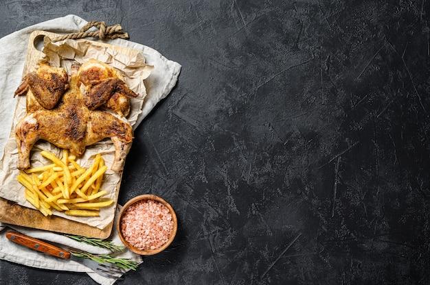 Сырая курица табака на деревянной доске