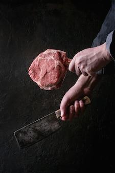 Сырой томагавк стейк