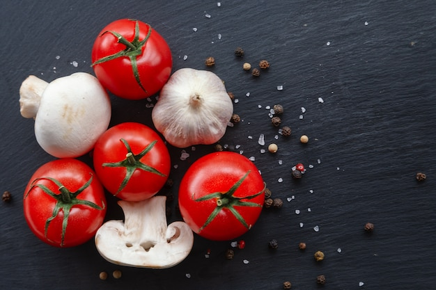 Сырые помидоры черри, грибы, чеснок с ингредиентами