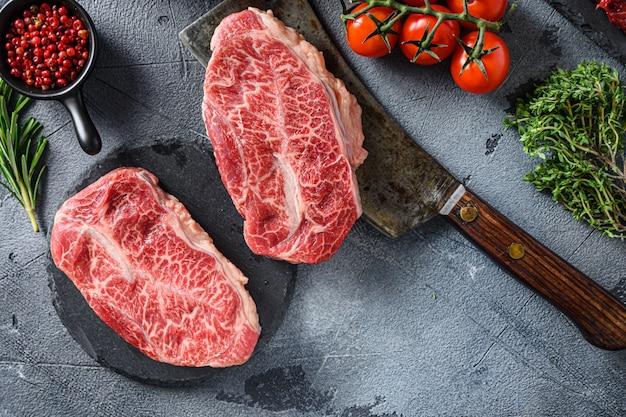 石と肉の肉屋の包丁に生のトップブレードステーキ
