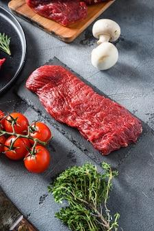 Сырой трехконечный стейк, вырезанный из нижнего филе стейк на черном сланце, сырые органические продукты