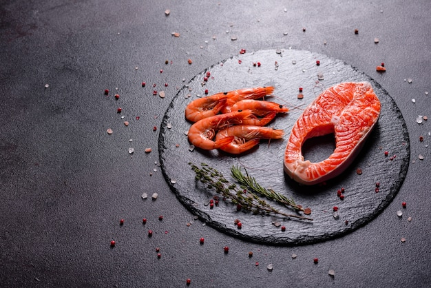 生マス赤魚ステーキにハーブとレモンとオリーブオイルを添えて。調理サーモン。健康的な食事のコンセプト