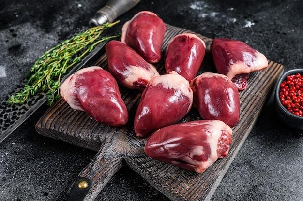 生の七面鳥の心臓はハーブとスパイスで内臓