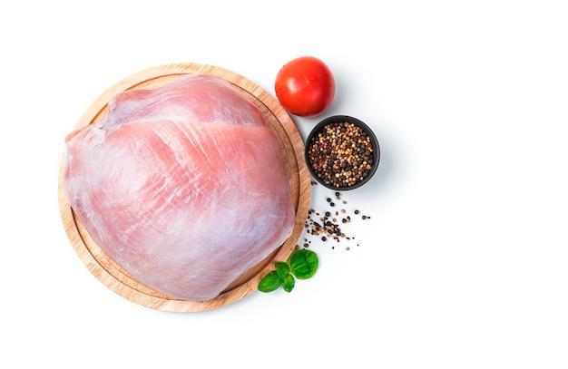 Сырое мясо индейки на изолированной разделочной доске