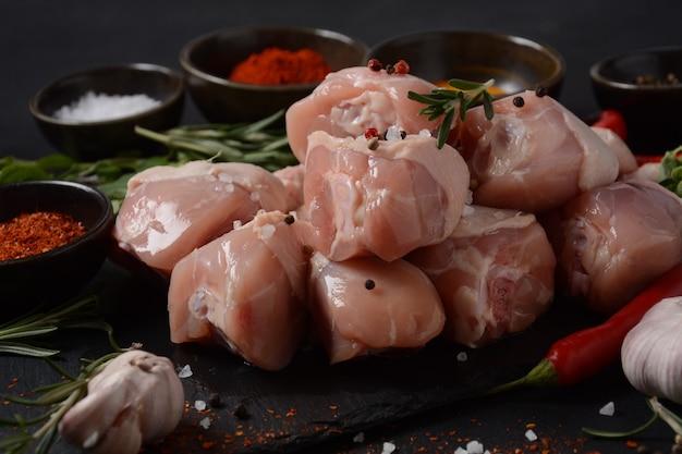 바베큐 그릴을 위한 익히지 않은 닭고기 다리 요리 재료를 넣은 고기