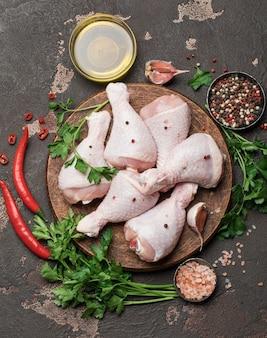 도마에 요리하기위한 향신료와 재료가 들어간 생 닭 다리