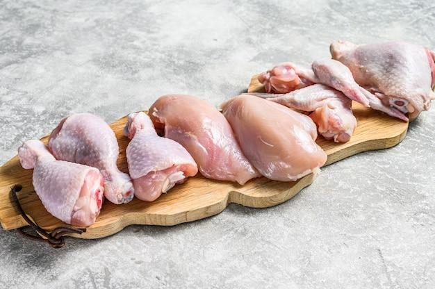 커팅 보드에 생 쌀된 닭고기