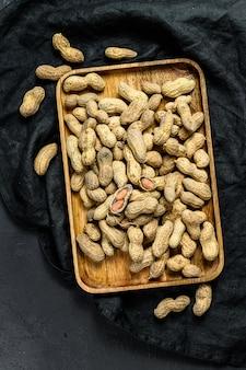 Сырой арахис в скорлупе в скорлупе, органический арахис, вид сверху