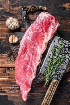 정육점 칼로 짧은 갈비에 생 송아지 고기 고기.