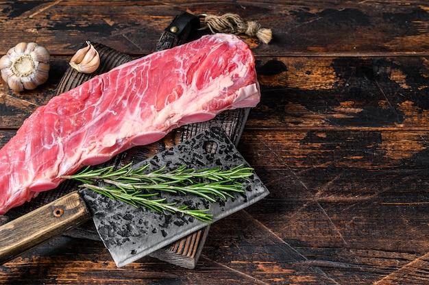 정육점 칼로 짧은 갈비에 생 송아지 고기 고기