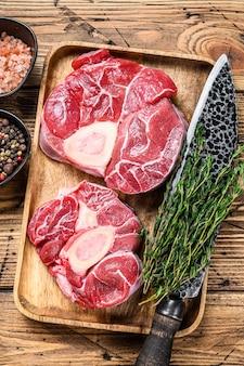 Сырое мясо телятины поперечной нарезки osso buco, итальянское приготовление ossobuco