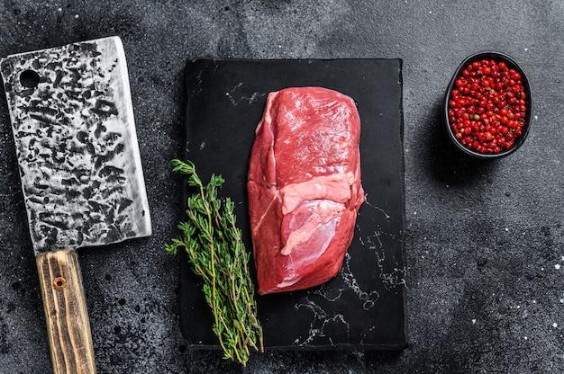 Филе стейка из сырого мяса телятины на мраморной доске