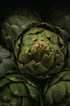 生野菜アーティチョーククローズアップ選択的フォカスダークトーニング
