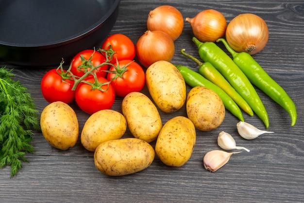 Сырые овощи перед приготовлением для жарки и тушения на сковороде