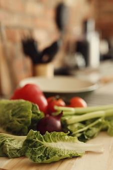 Сырые овощи на деревянной доске
