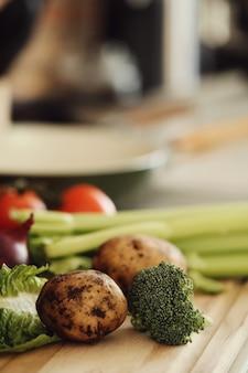 Verdure crude su tavola di legno
