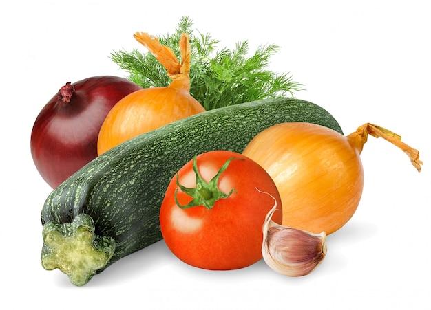 Сырые овощи (цукини, помидоры, лук, чеснок, укроп) изолированы
