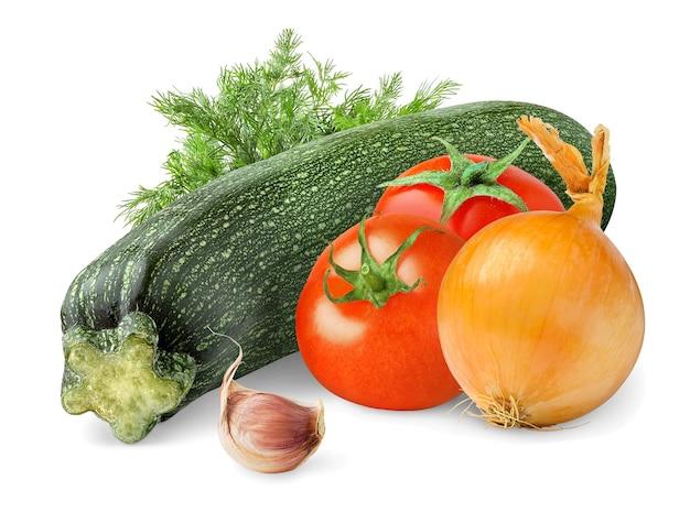 Сырые овощи (цукини, помидоры, лук, чеснок и укроп), изолированные на белом пространстве