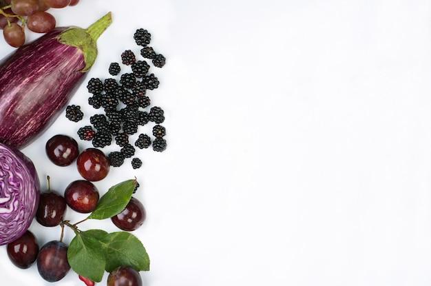 원시 보라색 야채와 과일 흰색 배경입니다.