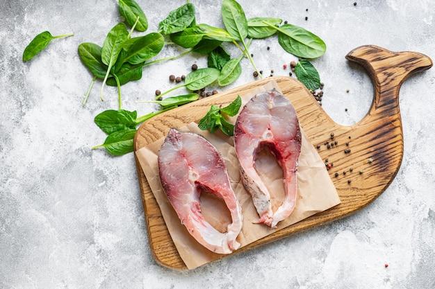 生の白身魚ステーキシルバーコイはスナックペスカタリアンダイエットベジタリアン料理を調理する準備ができています