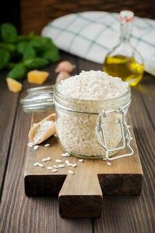 Сырой белый рис сорта арборио для итальянских блюд ризотто Premium Фотографии