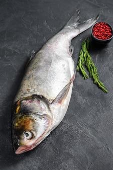 生の丸ごとの魚の銀鯉