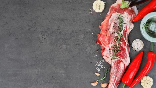 요리 요리의 개념에 향신료, 조미료 및 허브와 함께 양고기의 원시 전체 다리, 양고기의 어깨. 평면도.