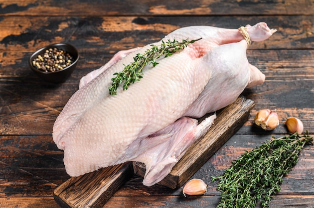 生のマガモ全体、鶏肉とハーブ