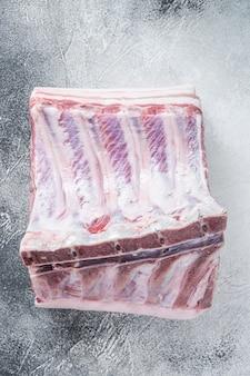 식탁에 갈비뼈가 있는 돼지고기 허리의 전체 랙. 흰 바탕. 평면도.