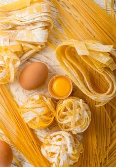 生黄色のイタリアンパスタパッパルデッレ、フェットチーネ、タリアテッレ