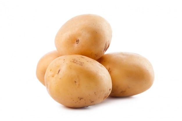 흰색 배경에 고립 된 원시 노란 감자 프리미엄 사진