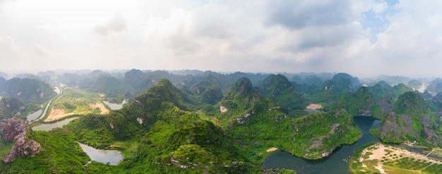 ニンビン地域、トランの観光名所、ユネスコ世界遺産、ベトナムのカルスト山脈をrawう風光明媚な川の空撮、旅行先。