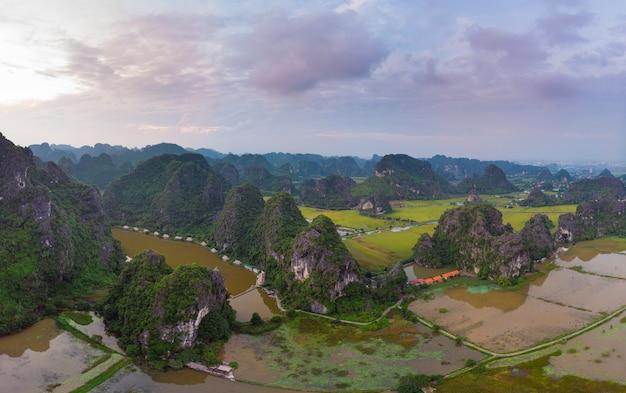 ニンビン地域、トランアンタムコック観光名所、ベトナムのカルスト山脈をrawう風光明媚な川の空撮、旅行先。