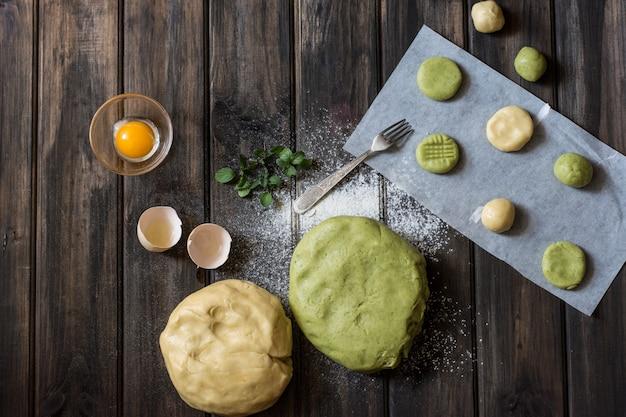 カラー生地。ミントクッキーオレンジのクッキー。ベーキングのプロセス.rawのクッキー。新年。クリスマス