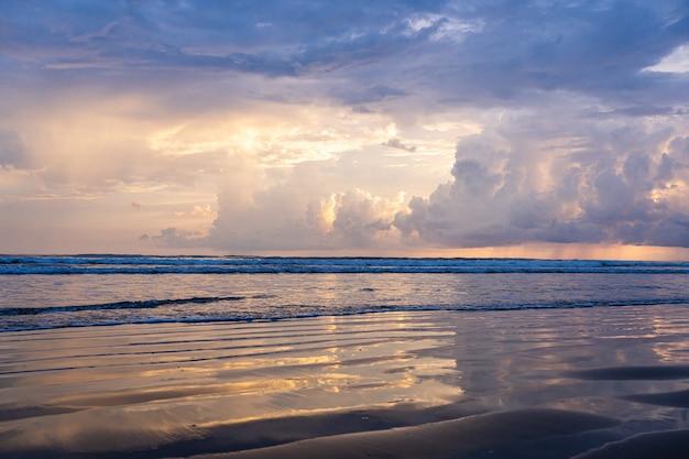 태양 광선은 바다의 물에 반영됩니다. 코스타리카