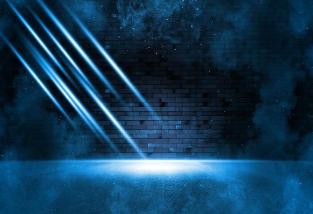 광선 탐조등 밝은 파란색 네온. 연기와 함께 어두운 빈 장면입니다. 젖은 아스팔트에 대한 고찰.