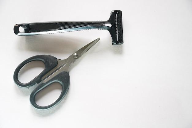 Бритва и ножницы для бритья и ухода за телом