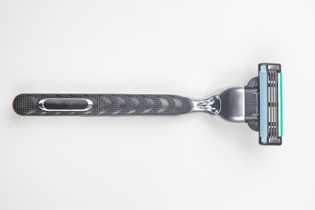 Лезвие бритвы на белом фоне. ручной станок для бритья лица. лезвие для стерни. депиляция