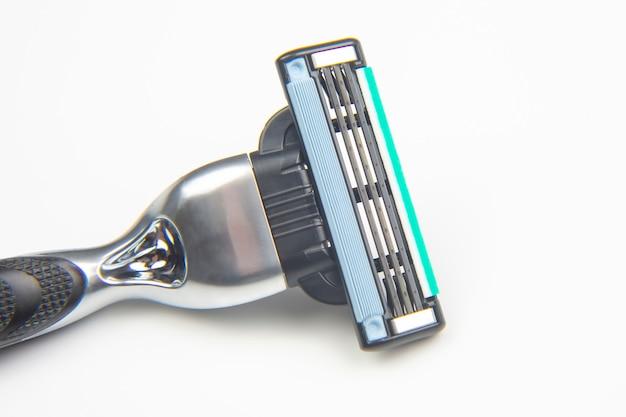 Кассета для бритвы на белом фоне. ручной станок для бритья лица. лезвие для стерни. депиляция