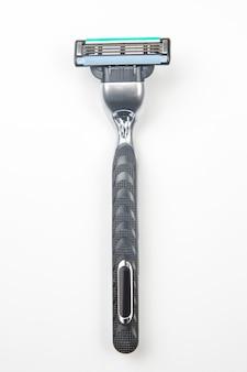 Кассета для бритвы на белой поверхности. ручной станок для бритья лица. лезвие для стерни. депиляция