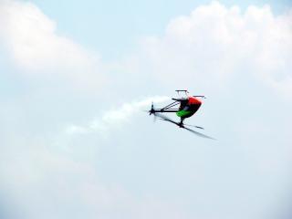 飛行中のrcのヘリコプター、空気