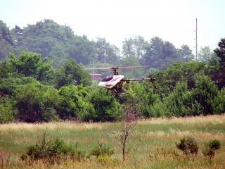 飛行中のrcのヘリコプター