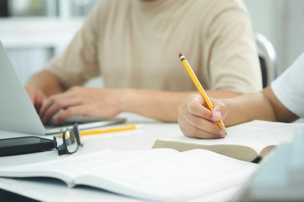 책을 읽고. 교육, 학술, 학습 읽기 및 시험 개념.