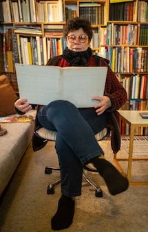 Чтение книги в комнате свободы