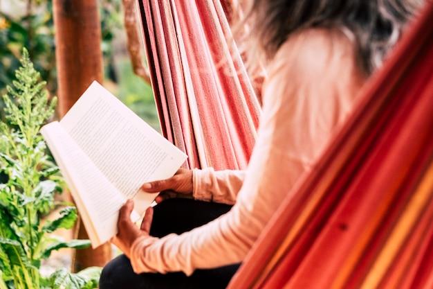 リラックスして勉強するために紙の本の古いスタイルの概念を読む