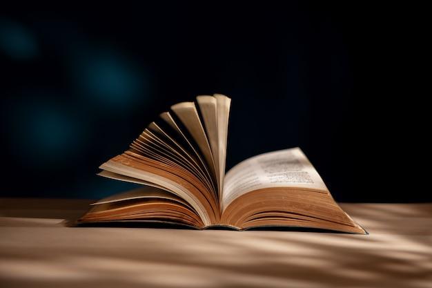 읽기 및 교육 학습 개념. 책상에 책이나 성경을 펼쳤습니다.