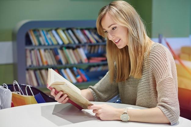 Чтение за столом в библиотеке